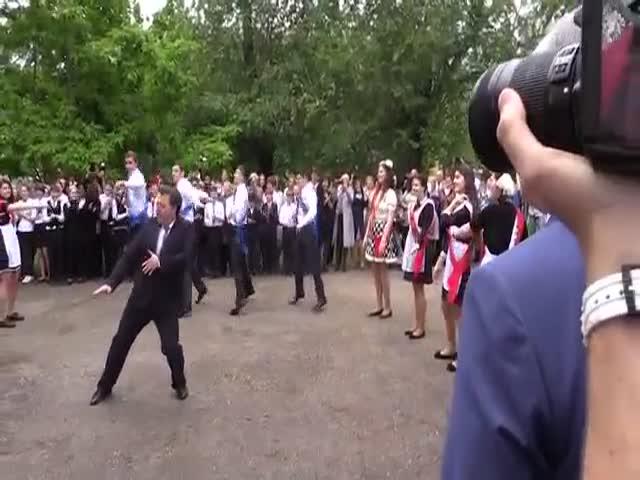 Зажигательный танец директора саратовского Восточно-Европейского лицея