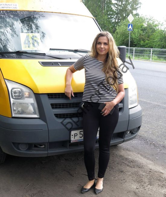 Девушка-водитель брянской маршрутки покорила пользователей сети (3 фото)