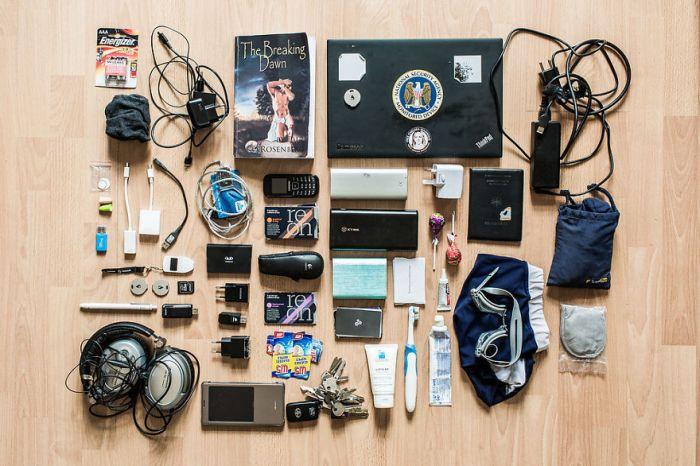 Что находится в рюкзаках хакеров (14 фото)