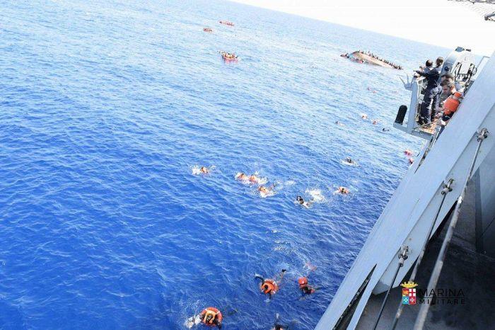 У берегов Ливии перевернулась лодка с беженцами (8 фото)
