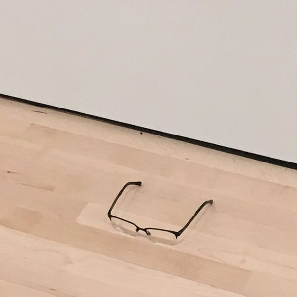 Посетители музея современного искусства приняли оставленные на полу очки за арт-объект (6 фото)