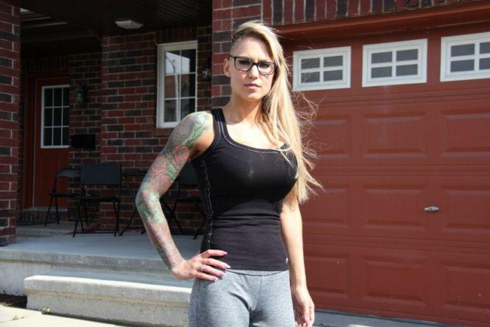 В Канаде большая грудь девушки стала причиной разногласий с руководством тренажерного зала (4 фото)