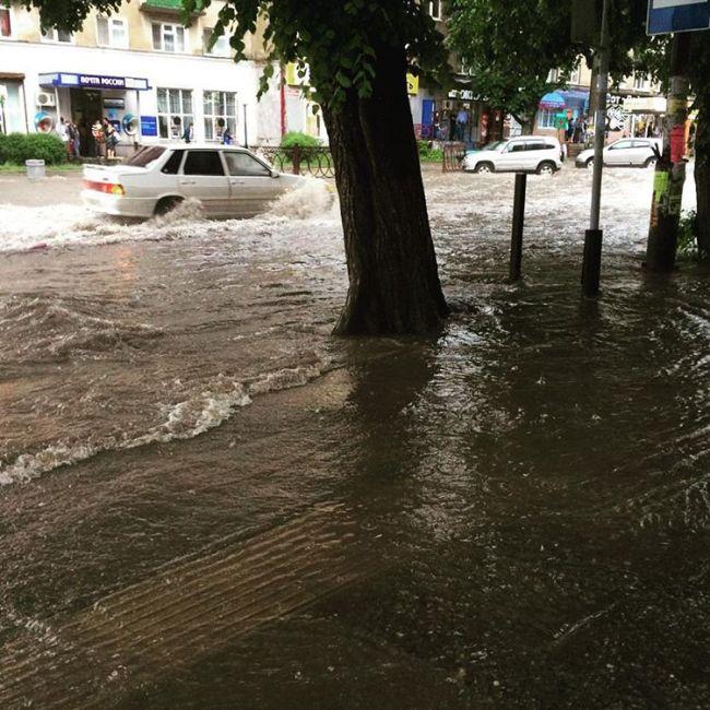 Проливной дождь и потоп во Владикавказе (4 фото + 5 видео)