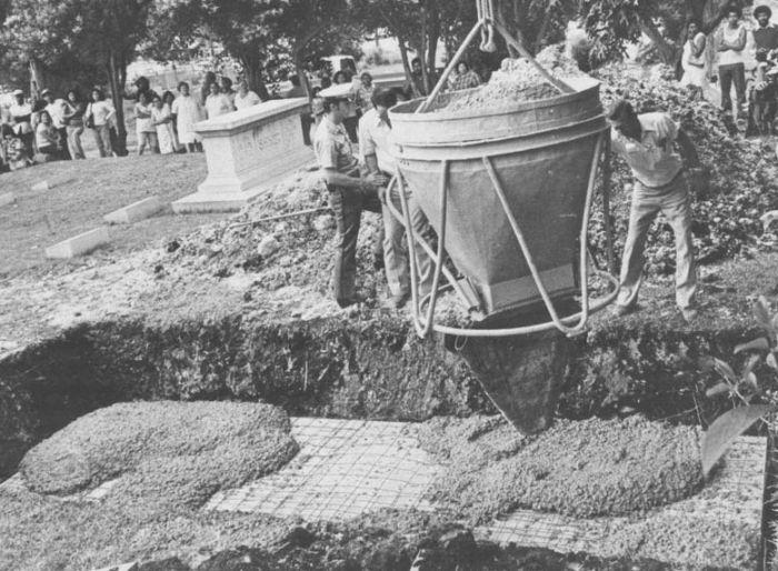 Эпатажные похороны американской светской львицы (9 фото)