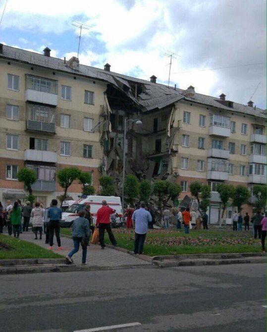 В Междуреченске обрушился подъезд жилого дома (6 фото)