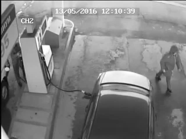 На автозаправке пистолет ударил в голову мужчине