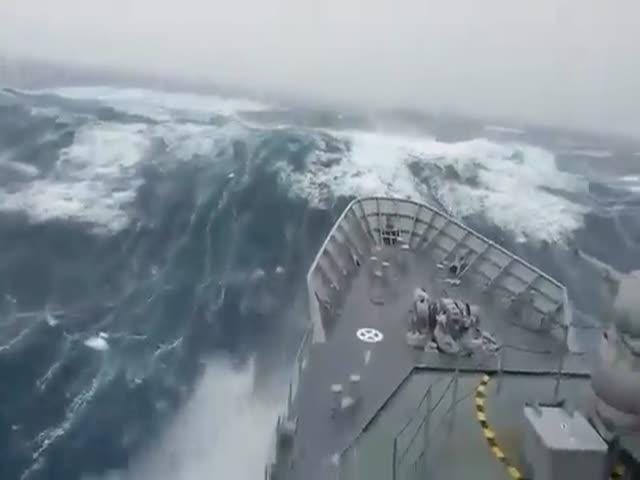 Военный корабль плывет сквозь шторм
