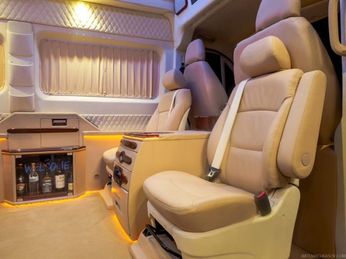 Вип-офис внутри грузового фургона Citroen (20 фото)