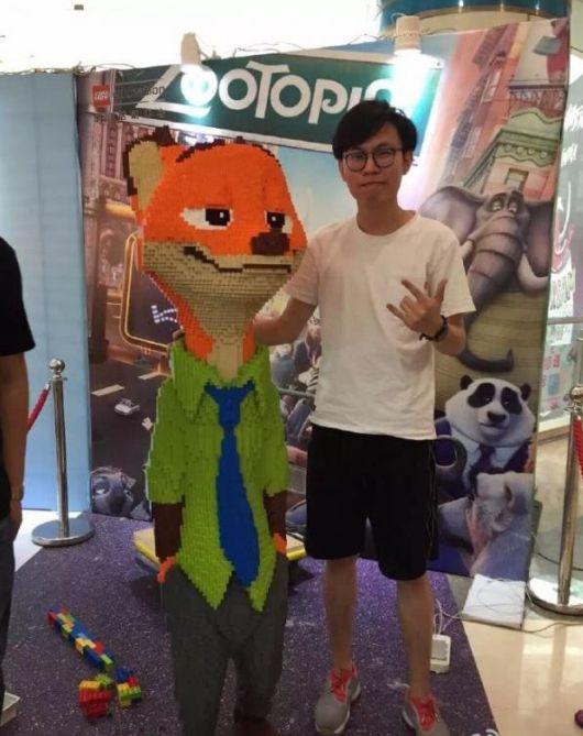 В Китае на выставке Lego Expo ребенок сломал статую за 15 000 долларов (3 фото)