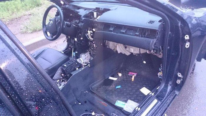 В Хабаровске неизвестные в течение нескольких часов раскурочили припаркованный автомобиль (3 фото)