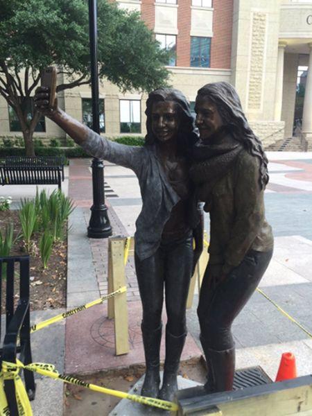 В Техасе установили памятник селфи (5 фото)