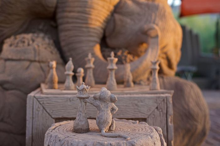 Песочная скульптура, изображающая слона и мышь, играющих в шахматы (9 фото)