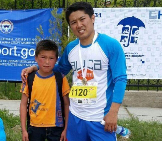 В Киргизии школьник случайно пробежал забег на 21 км, возвращаясь домой из школы (3 фото)