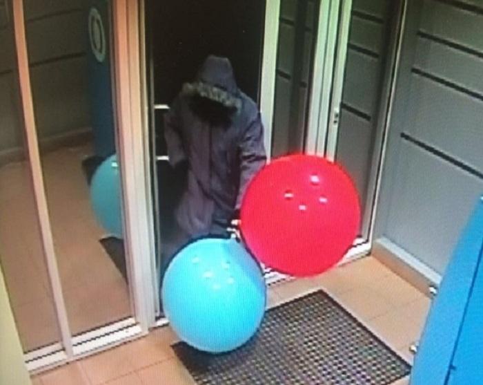 Грабитель взорвал банкомат при помощи газа из шариков