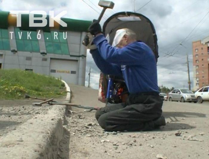 Красноярский инвалид-колясочник сломал бордюр, чтобы проехать к больнице (5 фото)