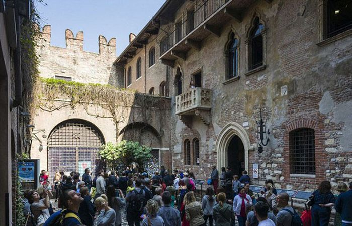 Фальшивые достопримечательности, пользующиеся успехом среди туристов (18 фото)
