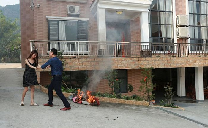 Необычная супружеская ссора на фоне горящих брендовых сумок (4 фото)
