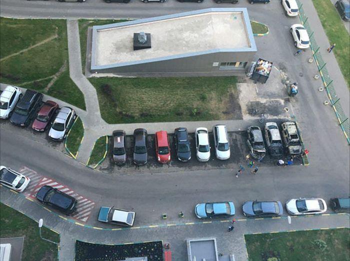 В Южном Бутово сгорело три автомобиля (7 фото)