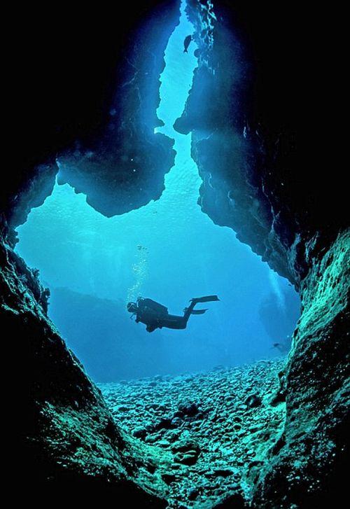 Удивительные подводные пещеры на снимках Чарли Юнга (13 фото)