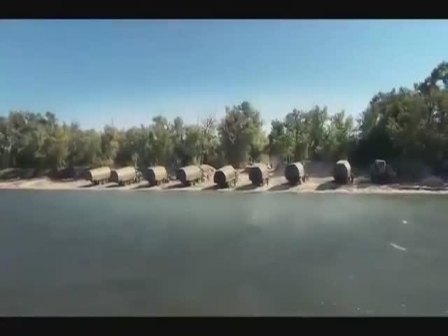 Российская армия наводит понтонный мост