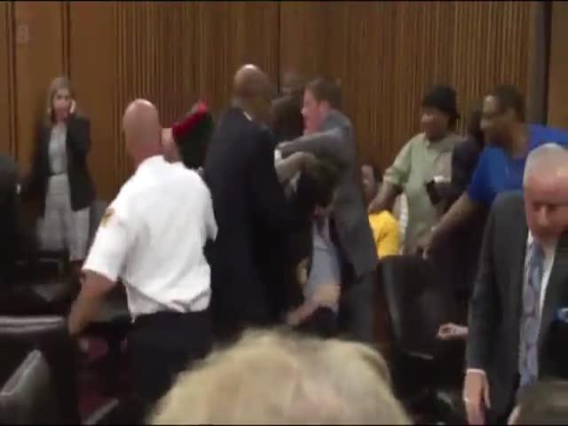 В США отец убитой девушки пытался расправиться с ее убийцей в зале суда