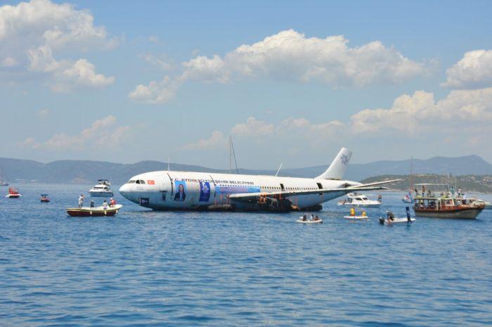 На турецком курорте затопили самолет Airbus A300 ради привлечения туристов (3 фото)