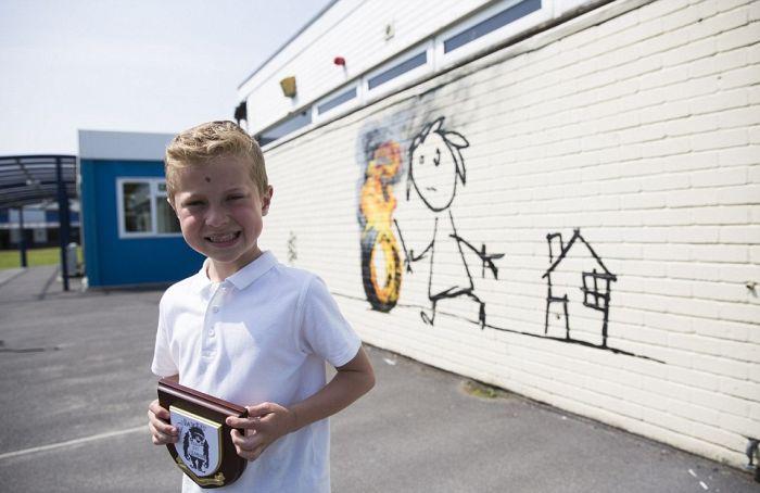 Уличный художник Бэнкси оставил граффити на стене школы в родном Бристоле (5 фото)