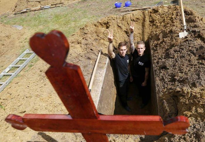 В Венгрии прошел первый национальный конкурс могильщиков (12 фото)