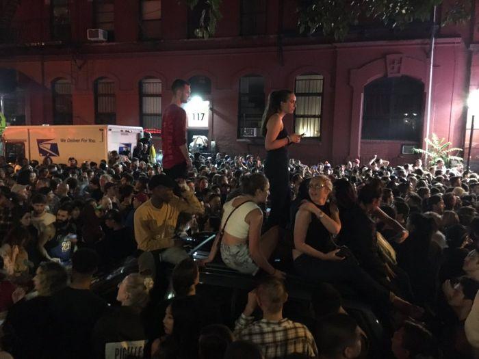 Тысячи людей собрались на улицах Нью-Йорка из-за слухов о предстоящем концерте Канье Уэста (12 фото + 2 видео)