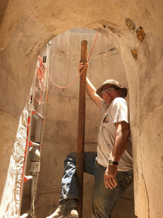 Старый подземный бункер во дворе дома (29 фото)