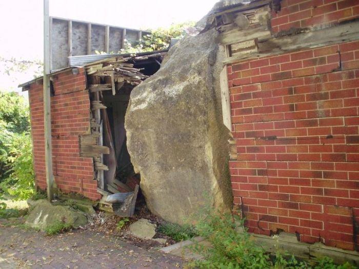 Выгодное вложение в дом, разрушенный огромным валуном (8 фото)