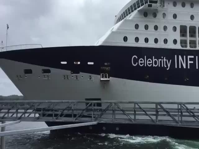 На Аляске круизный лайнер врезался в пристань