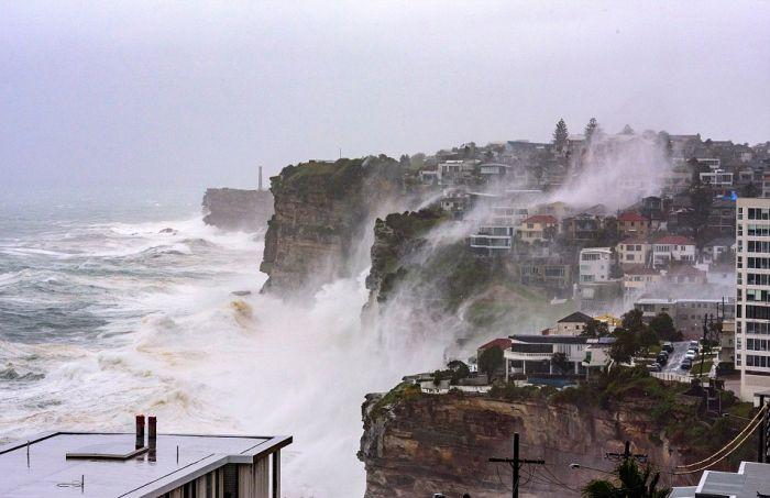 Жители побережья Сиднея пострадали от сильного шторма (10 фото)