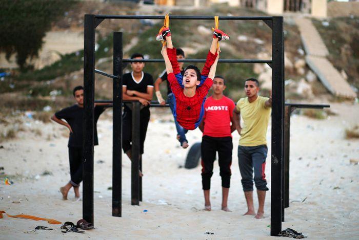 Невероятно гибкий мальчик из Газы по прозвищу Человек-паук (10 фото)