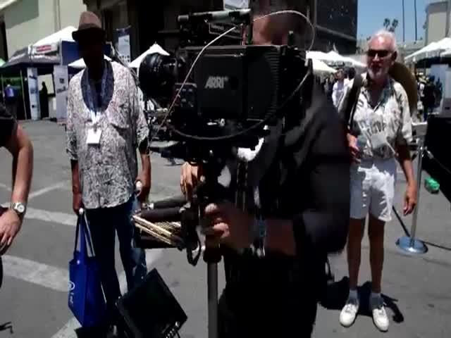 Мужчина разбил видеокамеру за 70 000 долларов