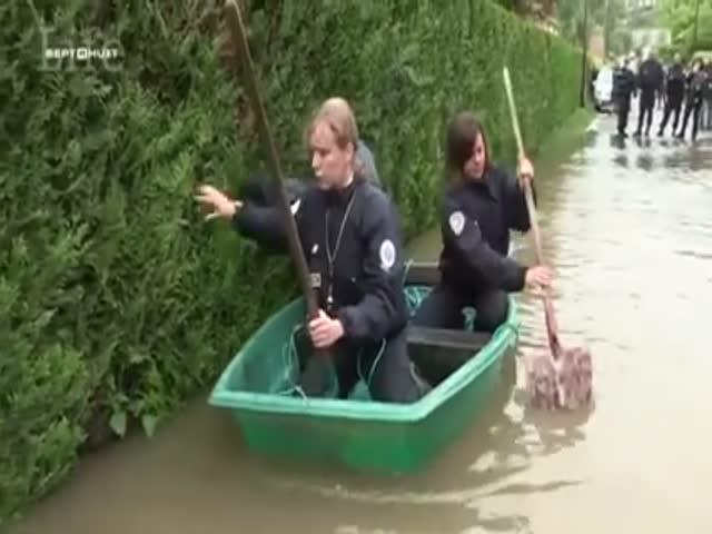 Французские полицейские во время наводнения