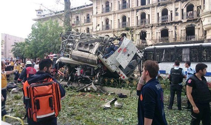 В Стамбуле рядом с автобусной остановкой произошел взрыв (10 фото)