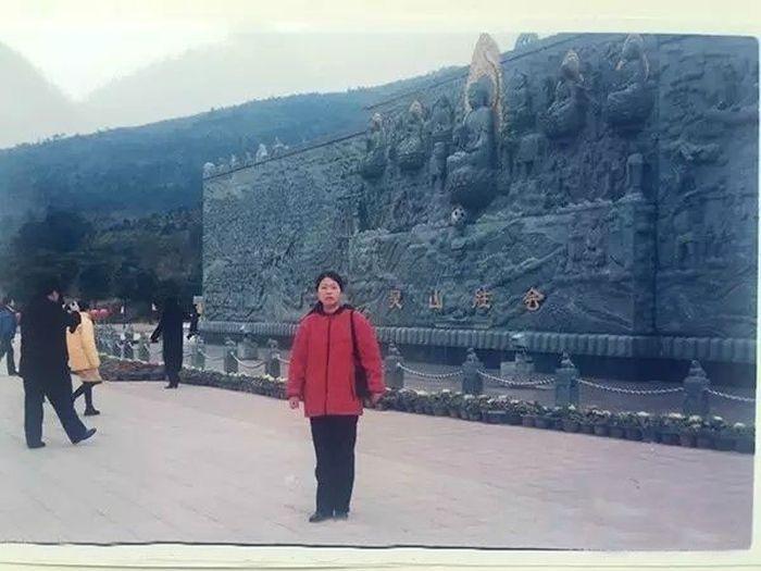 Китаянка случайно нашла свою мать на старом снимке мужа (4 фото)