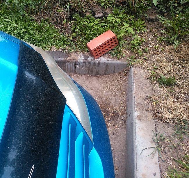 Попытка снять колеса с авто закончилась провалом (5 фото)