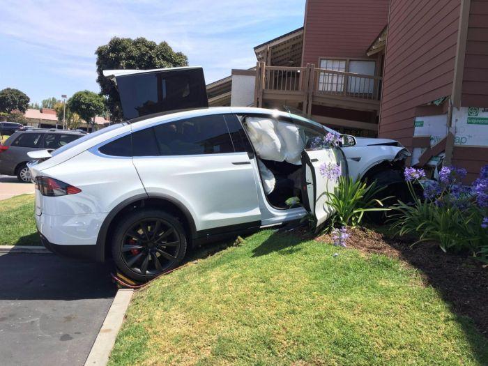 Владелец электрокара Tesla Model X обвинил в аварии бортовой компьютер (2 фото)