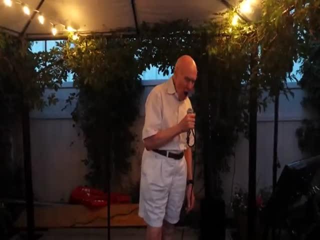 80-летний мужчина неплохо поет