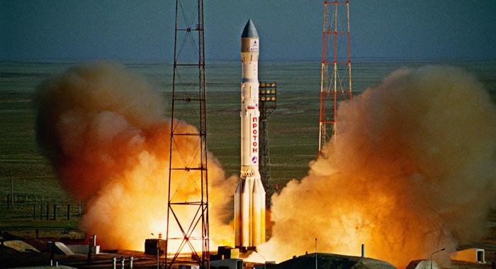 С космодрома Байконур запустили ракету-носитель «Протон-М» с американским спутником (2 фото)