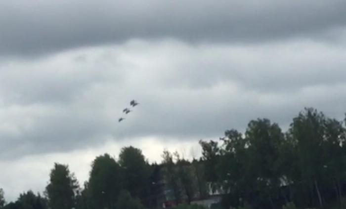 В Подмосковье разбился истребитель Су-27 (4 фото + видео)