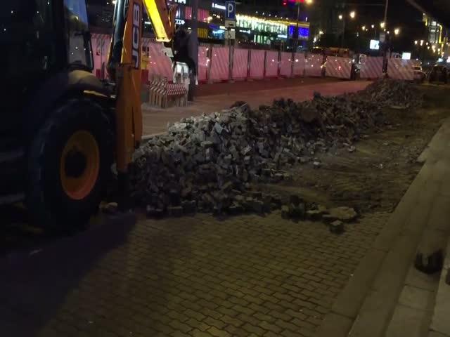 На Арбате демонтируют уложенную год назад тротуарную плитку