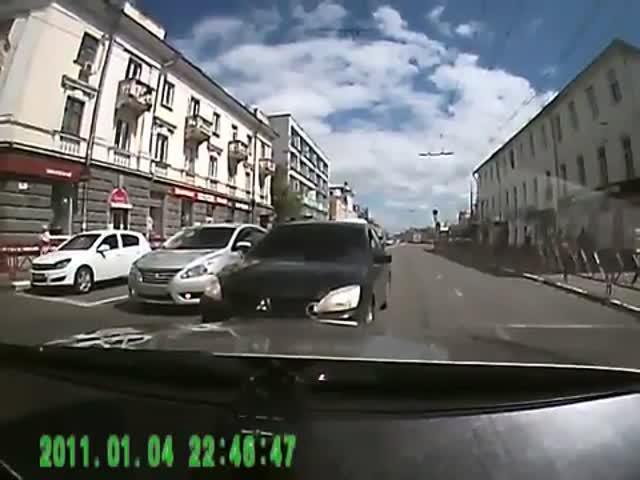 Водитель Mercedes'a проучил любителя езды по встречке