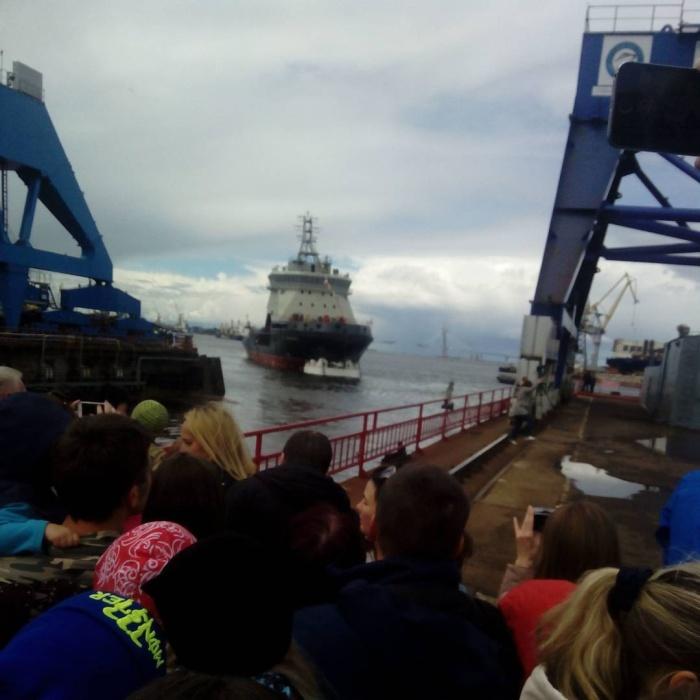 В Санкт-Петербурге спустили на воду первый за 45 лет отечественный ледокол «Илья Муромец» (6 фото + видео)