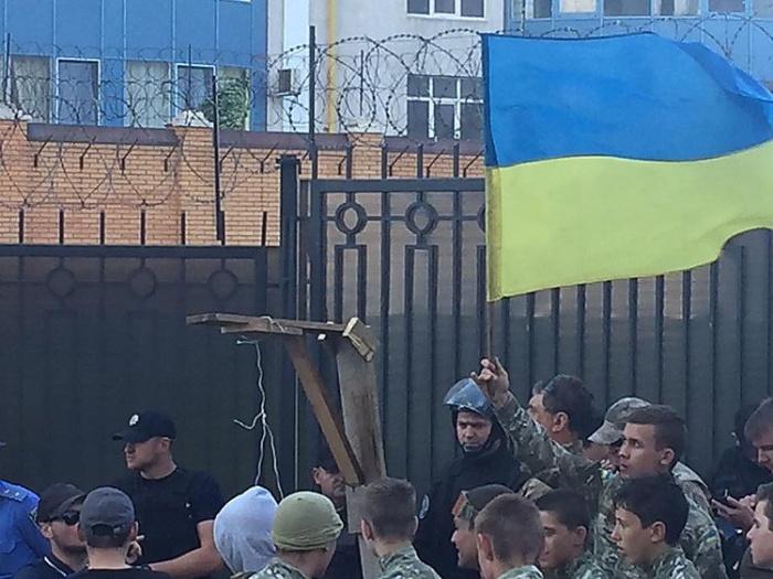 «Правый сектор» заблокировал российское генконсульство в Одессе (10 фото)