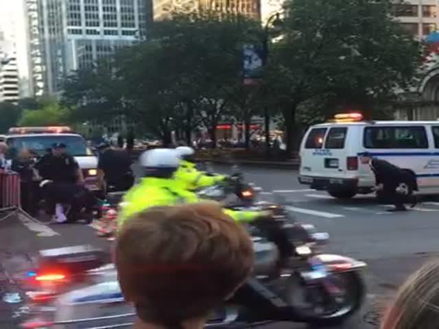 Полицейские скрутили велосипедиста, пытавшегося проскочить перед кортежем Обамы