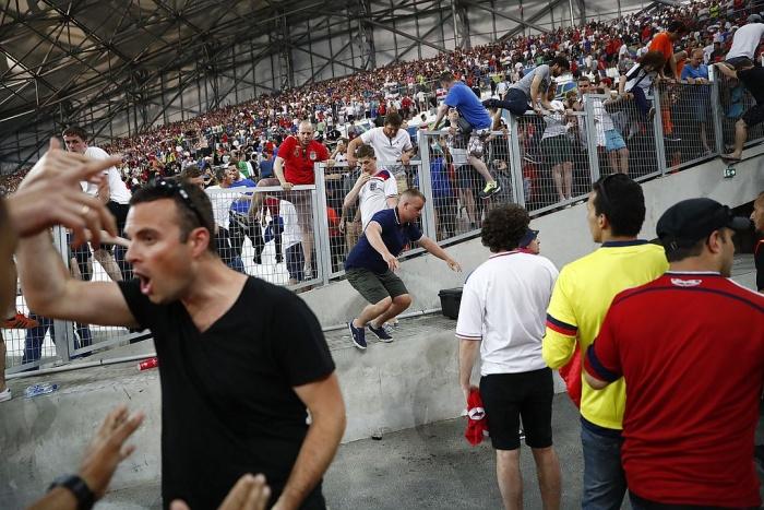 В Марселе произошли столкновения между российскими и английскими болельщиками (20 фото + 2 видео)