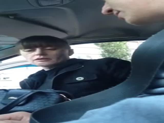 Пьяная женщина ищет ключи от дома